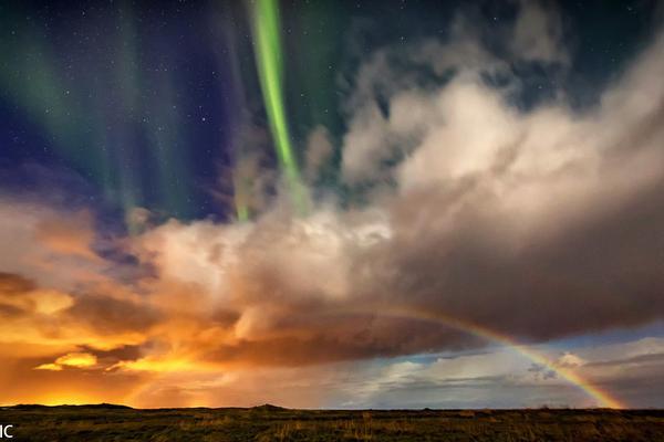 冰岛北极光与彩虹城市上空齐舞 极致天气令人感动