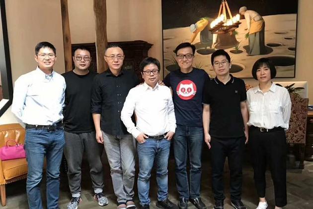 猫眼微影高管合影:微影时代总裁顾思斌(左二)、光线传媒总裁王长田(左三)、微影时代CEO林宁(左四)、猫眼CEO郑志昊(右三)