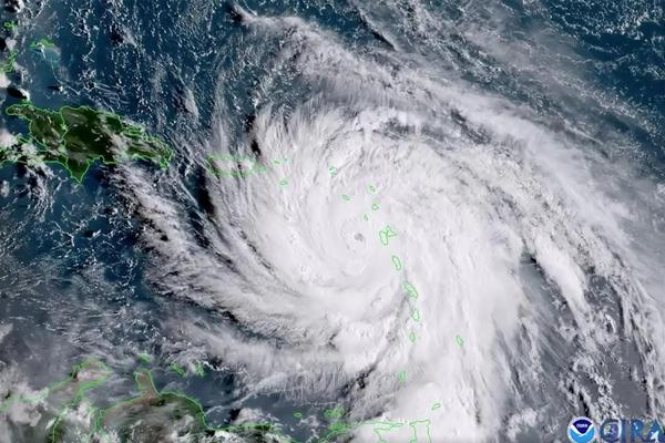 """从太空角度观看飓风""""玛里亚"""":地平线上延伸似厚厚积雪"""