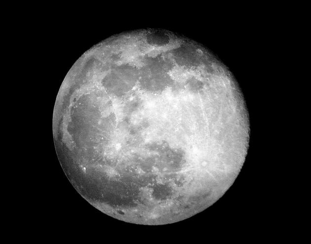 2013年5月26日,天体摄影学家安东尼?洛佩兹(Anthony Lopez)在靠近美国边境的墨西哥华瑞兹市拍摄到一张满月照片。