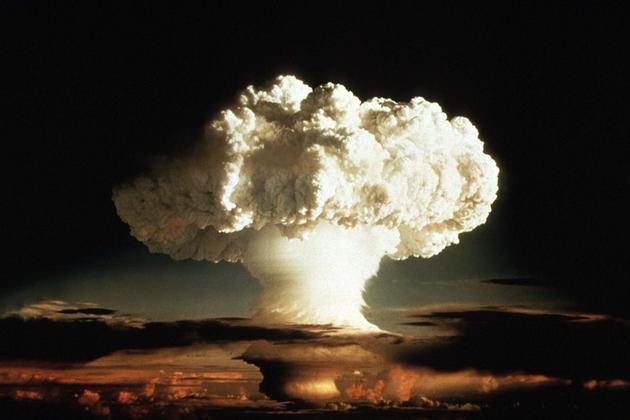 图中是1952年在太平洋海域引爆一枚氢弹,空中升起巨大的蘑菇云