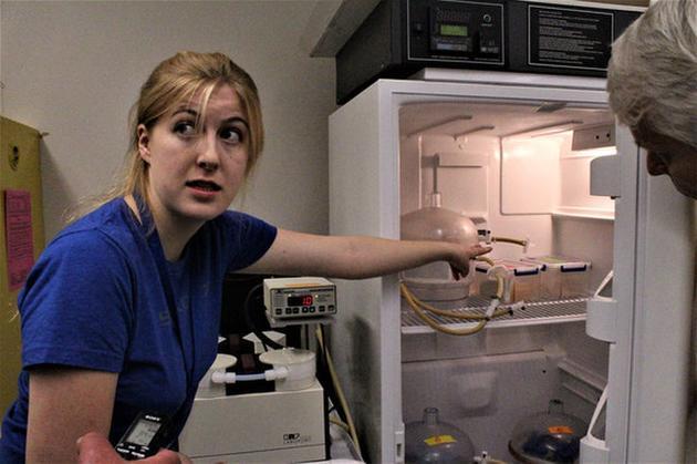 图为艾比盖尔·哈里森正在照料实验室中的一台冰柜。她是一名太空生物学家,正在研究微生物在火星环境下的生存状况。