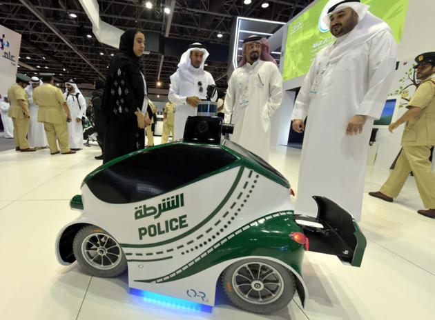 迪拜电子展展示了飞行摩托车可远程操控与携带一名警察