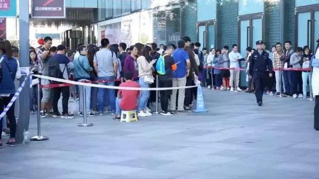 9月28日,北京,人们在酷骑单车总部排队退押金。@视觉中国