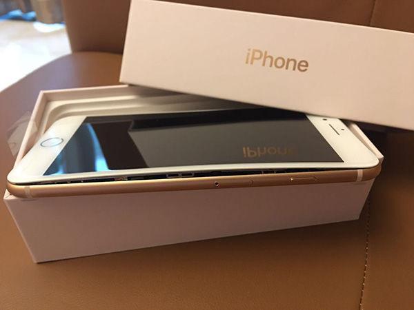 刘先生新购买的iPhone 8 Plus拆包后发现爆裂(图片来源:澎湃新闻)