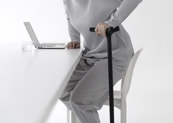 拐杖内部的骨骼仿生设计在不增加总体重量的前提下大大提升了结构强度