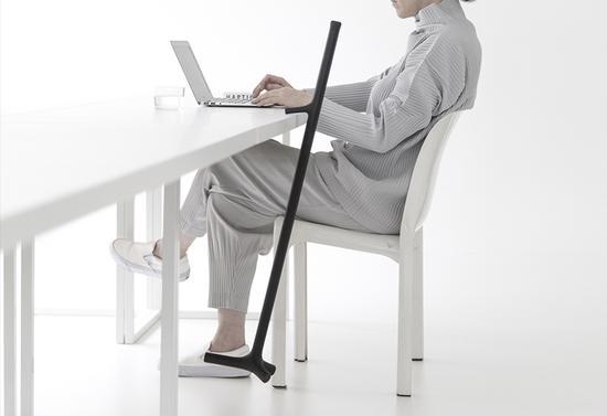 拐杖下部附近设置的附加凸起使得拐杖在水平表面(如书桌或收银台处)也能够平衡稳固地暂时悬挂