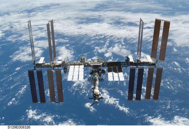 """图中是国际空间站,目前,美国和俄罗斯计划建造""""深空通道太空站(DSG)"""",将作为国际空间站的后续项目,有助于人类抵达火星,甚至更远的太空区域。"""