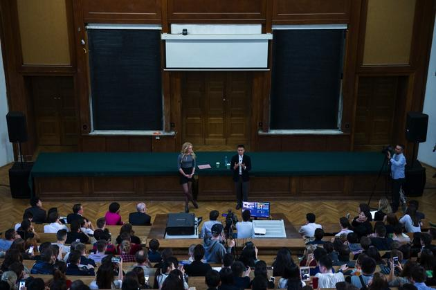 """当地时间10月18日,莫斯科国立大学邀请阿里巴巴董事局主席马云来到该校,同该校学生""""炉边对话"""""""