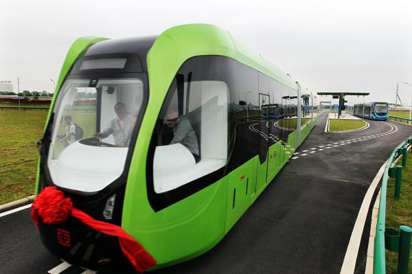 全球首列虚拟轨道电车在湖南株洲试运行 视觉中国 图