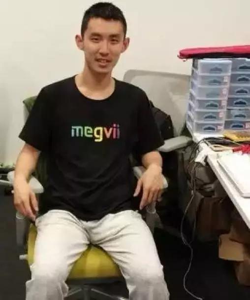 在旷视科技办公室,范浩强穿着公司logo衫。图片来源于网络