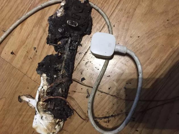 微博用户晒出的小米插线板自燃图片