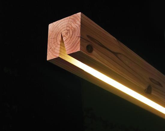 一块木方从中间切口,便成了照明灯