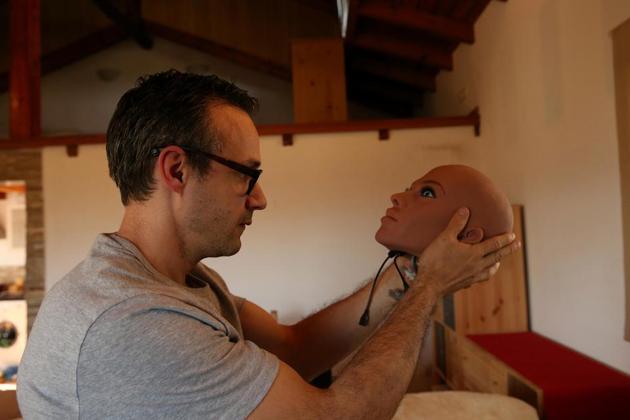 桑托斯拿起性爱机器人伴侣萨曼莎的头部。