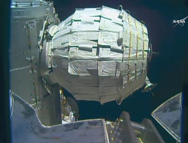 美国比格罗公司的可充气太空舱段正在国际空间站上接受测试,图为其正在充气膨胀中