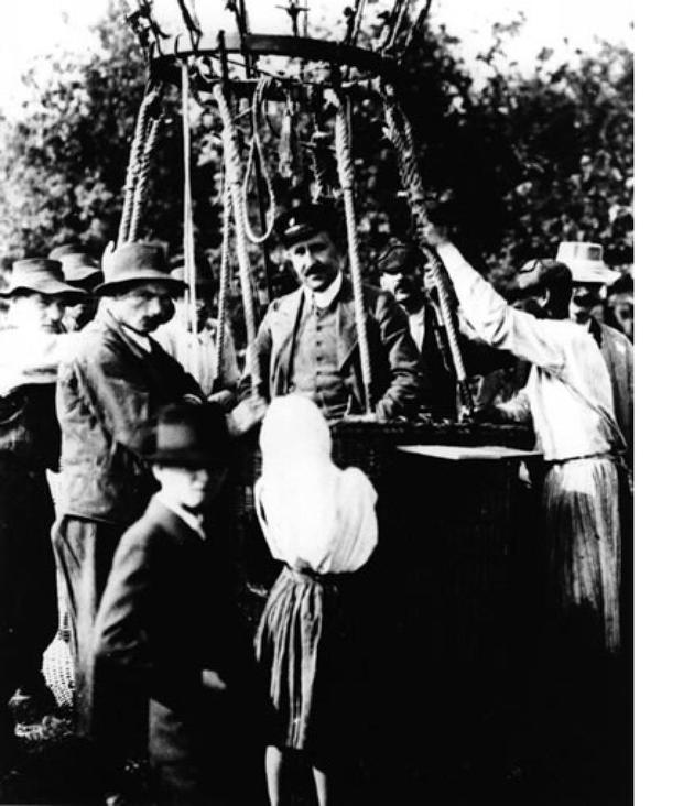 """1912年,科学家维克多?赫斯(Victor Hess)进行了气球运载实验,其目的是搜寻高能量宇宙粒子,在实验中他很快发现了大量的粒子,并成为了""""宇宙射线之父""""。"""