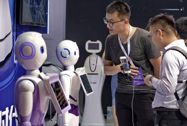 资料图:北京举行的2017年世界机器人大会上展出的多用途智能机器人。新华社记者 李欣 摄