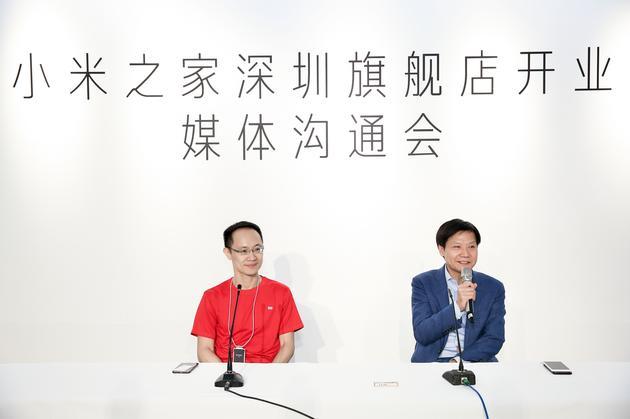 小米公司创始人、董事长兼CEO雷军(右)和小米公司联合创始人、总裁林斌(左)