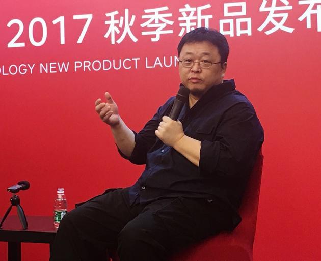 图注:罗永浩接受新浪科技等采访
