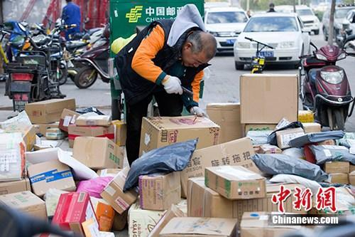 资料图:11月2日,山西太原,物流工作人员正在分拣快递。中新社记者 张云 摄