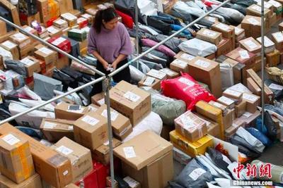 """11月14日,南京一高校校园内,大学生在快递点领取各自的快件。网络购物""""双十一""""过后,各地迎来快件派送高峰。 中新社记者 泱波 摄"""