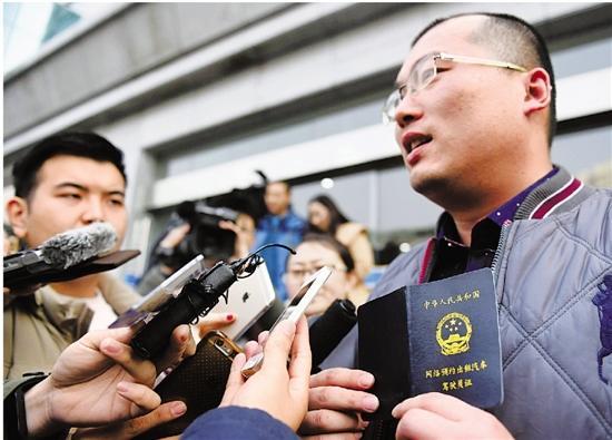 去年12月30日,戈师傅成为杭州第一位拿到网约车驾驶员证的幸运儿。(本报资料照片)