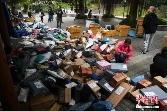 """11月14日,随着2017年""""双十一""""的结束,重庆一高校内快递包裹已经开始""""堆积如山""""。 陈超 摄"""