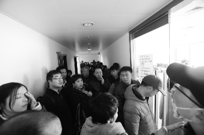 在位于通州万达的酷骑办公处门前,从各地赶来退款的用户挤满了楼道 摄/记者 杨小嘉