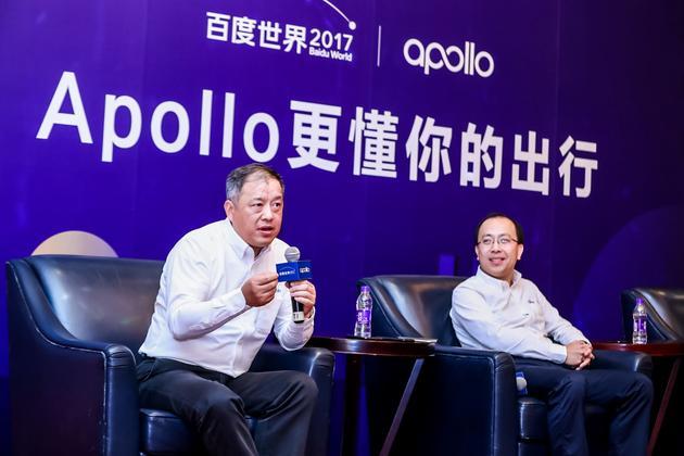 百度智能驾驶事业群组总经理李震宇(右)和百度副总裁邬学斌