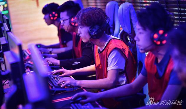 離開鍵盤鼠標的電競選手該怎麼操作電腦,抱着屏幕?