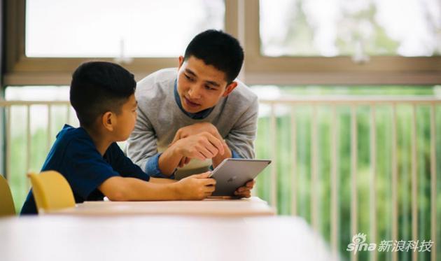 老師指導學生使用iPad學習