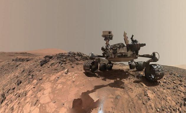 """图中是好奇号火星车的自拍照,不幸的是,机遇号的""""小伙伴""""好奇号无法对其展开救援,2019年2月13日,美国宇航局宣称,机遇号火星车现已死亡。"""