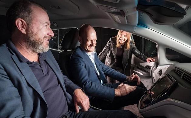 软银投资顾问公司执行合伙人MichaelRonen、通用总裁DanAmmann、通用CEOMaryBarra体验Cruise自动驾驶汽车