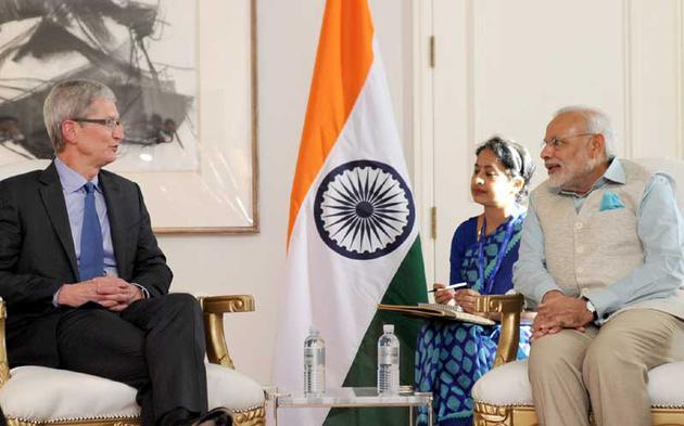 (苹果公司 CEO 蒂姆库克与印度总理莫迪,图源:Indianexpress)