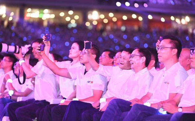 马云与张勇一起参加阿里20周年年会。受访者供图