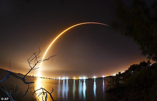 """""""创世纪""""月球登陆车于2月21日在卡纳维拉尔角发射基地搭乘""""猎鹰9号""""火箭发射升空。"""