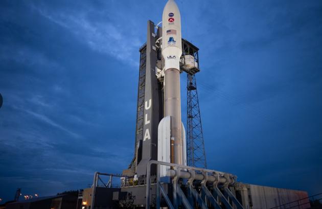 """2020年7月28日星期二,在佛罗里达州卡纳维拉尔角空军基地的41号航天发射场,搭载""""火星2020""""毅力号探测器的阿特拉斯5号火箭被聚光灯照亮。"""