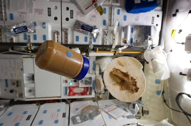 """自从1985年第一次登上航天任务菜单以来,墨西哥玉米薄饼就一直是太空餐的""""常备菜""""。"""
