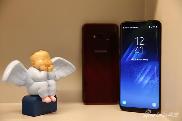 礼盒中的雕塑和手机