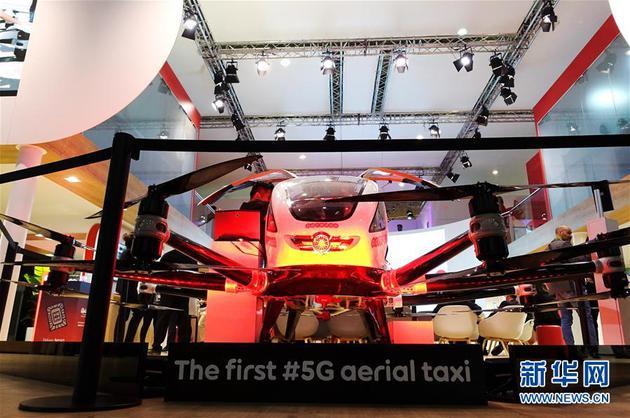 2月26日,在西班牙巴塞罗那,卡塔尔电信集团展出5G空中出租车。 2019年世界移动通信大会25日在西班牙巴塞罗那开幕,多家企业推出包括5G?#21482;?#22312;内的一系列5G产品和技术方案。 新华社记者 郭求达 摄
