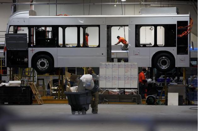 比亚迪加州工厂内正在生产电动巴士的员工