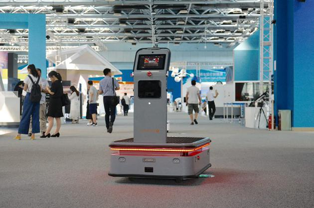 视觉导航仓储协作机器人,能自动跟随其识别的人,自动避障,运用于货物运输。新京报记者 郑新洽 摄