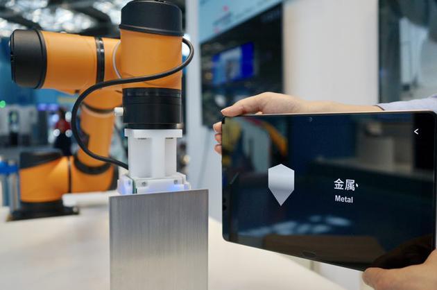 搭载AI触觉传感芯片的机器人,能分辨其所接触物体的材质。新京报记者 郑新洽 摄