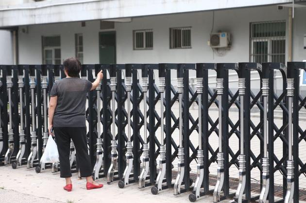 程冠旗的舅妈在朝阳区看守所外等候。新京报记者彭子洋 摄