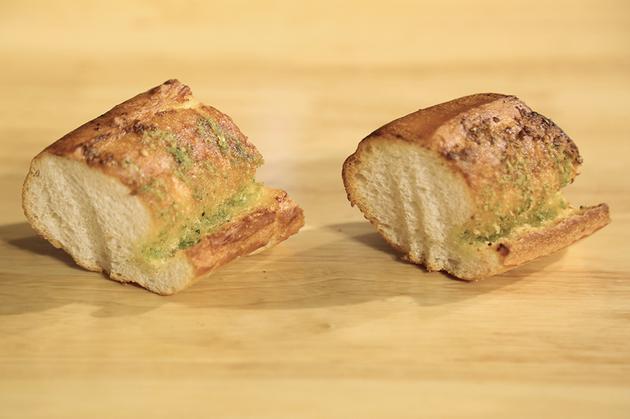 法棍测试 左侧为巴慕达蒸汽烤箱出炉面包
