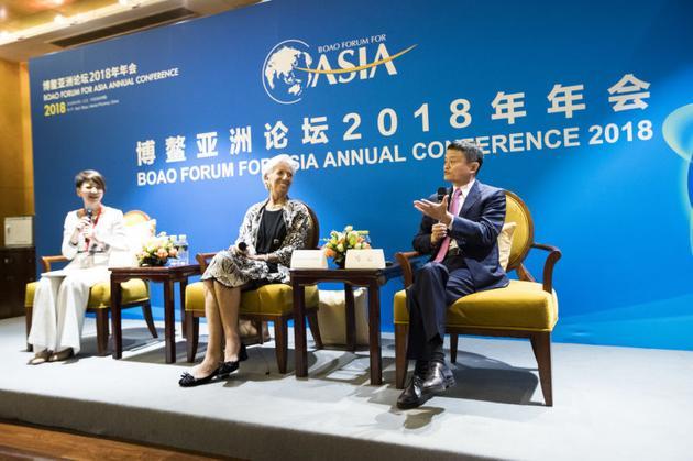 对话会现场,马云和IMF总裁拉加德交流