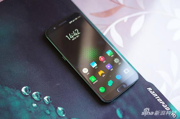 黑鲨游戏手机正面比较普通