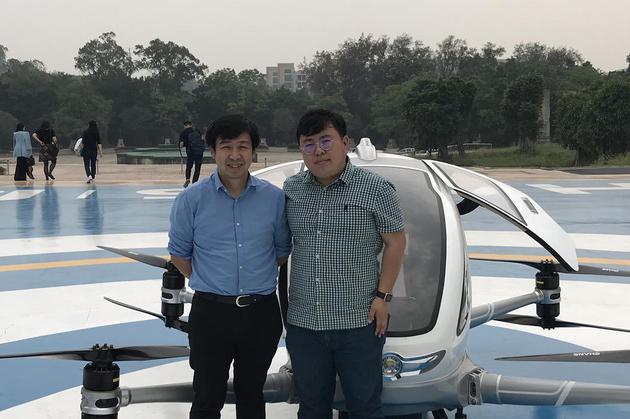 记者与胡华智合影