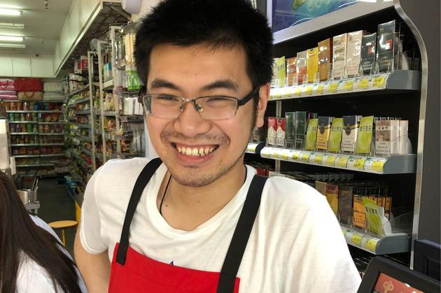 黄安和他父亲在杭州开的小型超市