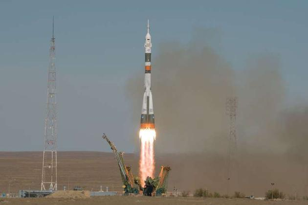 """发射升空的俄罗斯""""联盟""""号火箭,注意它顶部尖尖的逃逸塔"""
